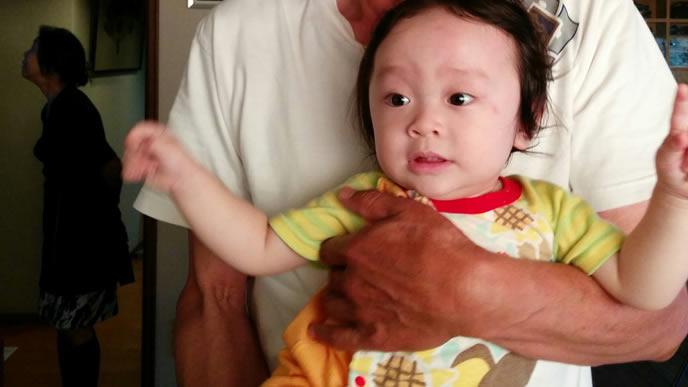 赤ちゃんを立て抱っこするおじいちゃん