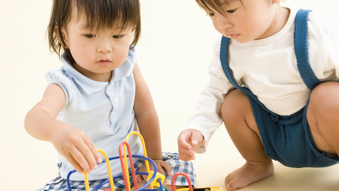 保育園で仲良く遊ぶ女の子と男の子