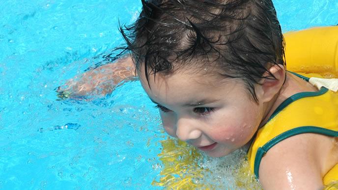 熱が下がりプールを楽しむ赤ちゃん