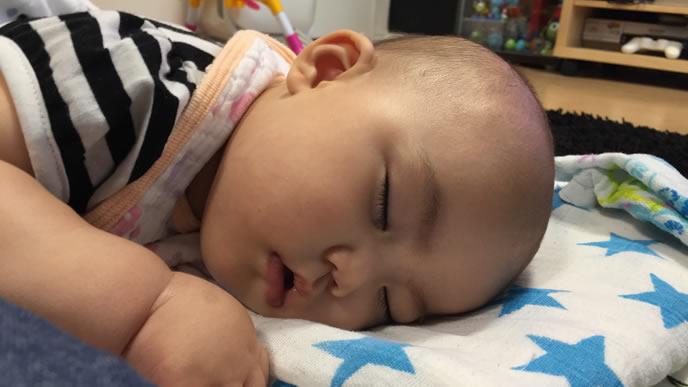 熱が下がり安心して熟睡する赤ちゃん
