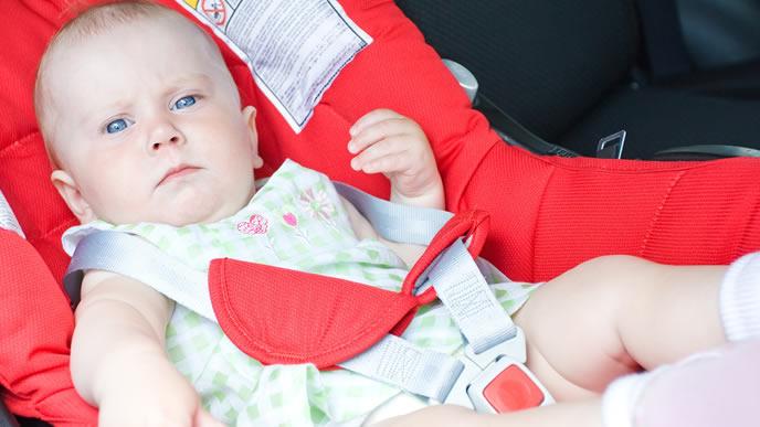 ベビーシートに乗せら窮屈そうな赤ちゃん