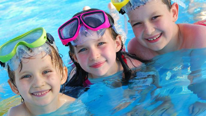 シュノーケルを付けてプールに入る仲良し三人組