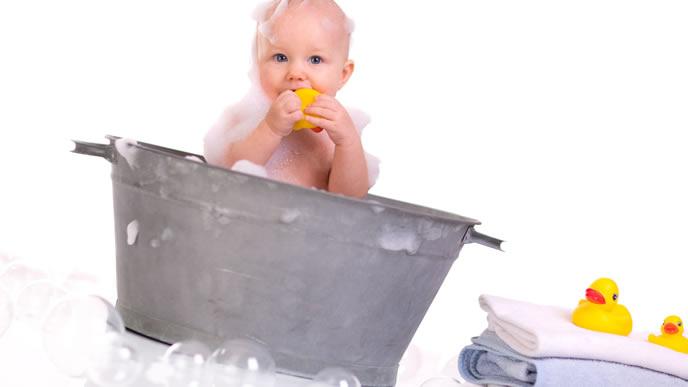 手足口病なので一人で水遊びをする赤ちゃん