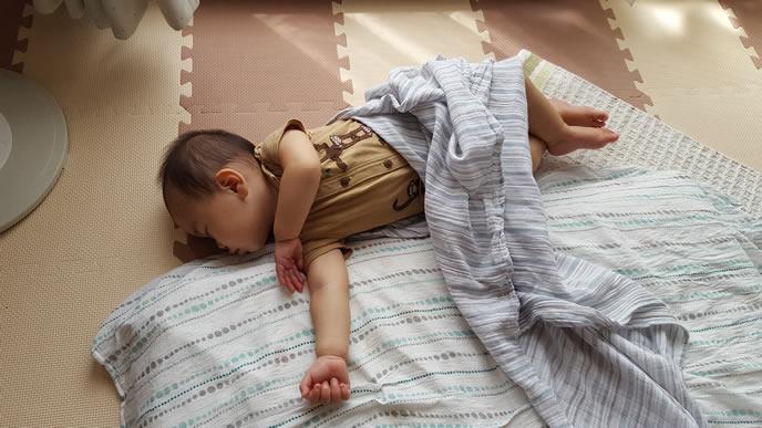 布団からハミ出て眠る赤ちゃん