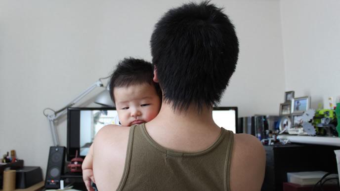 パパに抱っこされて泣き止んだ赤ちゃん
