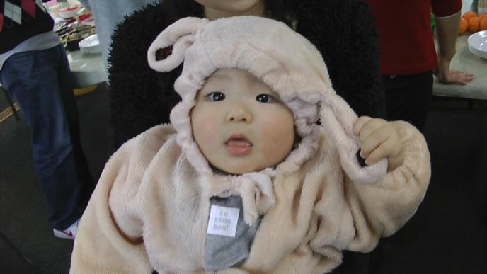 ママに抱っこされてグズリをやめた赤ちゃん