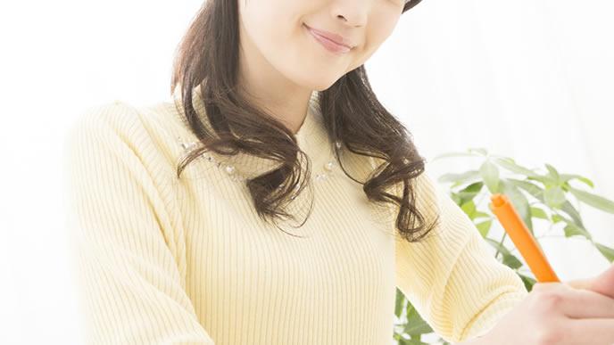 基礎体温の正しい計り方をメモする女性