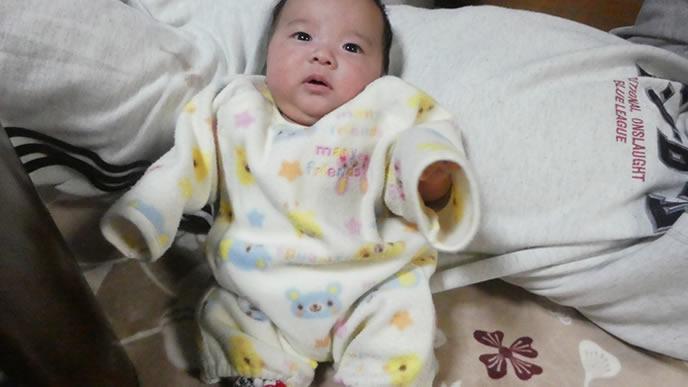 生まれたばかりで大泉門が開いている赤ちゃん