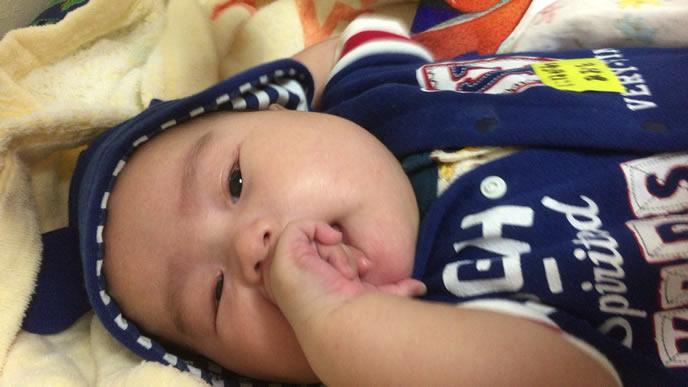 夜泣き寸前の不機嫌な赤ちゃん