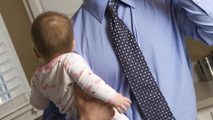 平日も赤ちゃんの面倒をみるイクメンパパ