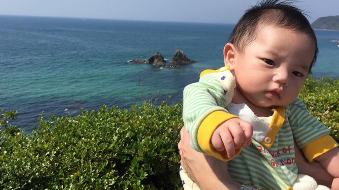パパ一緒に海におでかけした赤ちゃん