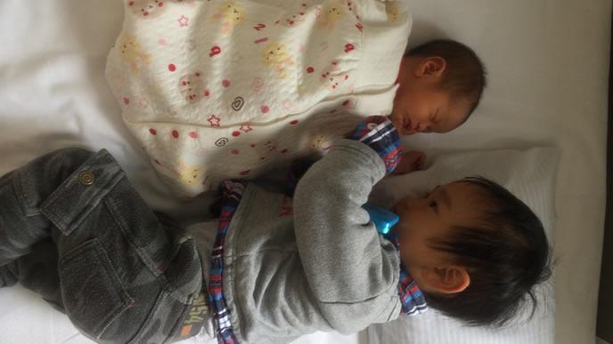 敷いた毛布の上で仲良く眠りにつく兄弟