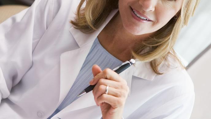 妊婦に誘発分娩の説明をする医師