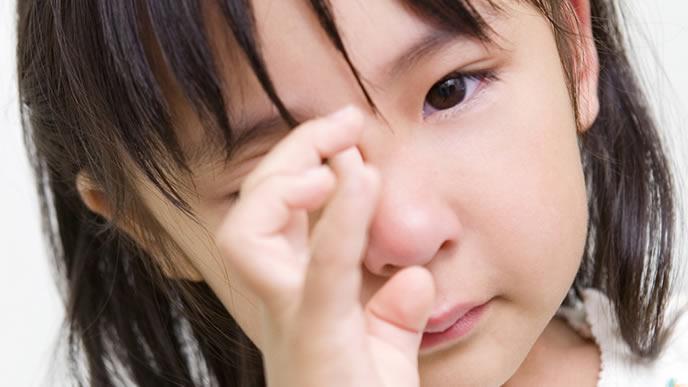 皮膚がかゆくて泣いている女の子