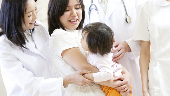 赤ちゃんのとびひ治療が終わり安心するママと看護師