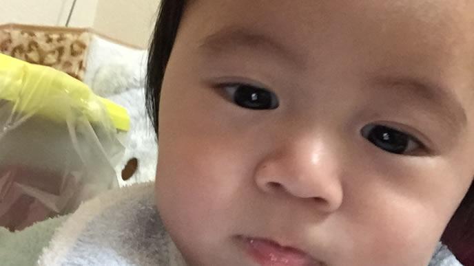 うるうるした目の赤ちゃん