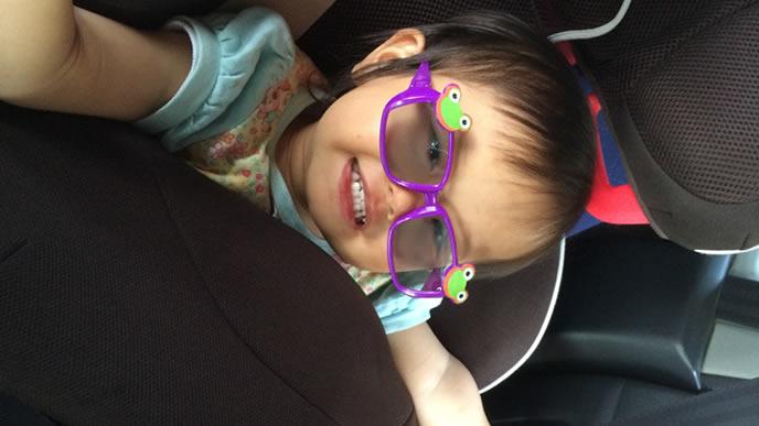 オシャレなサングラスをかけた赤ちゃん