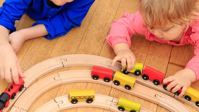 電車のおもちゃで遊ぶ兄妹
