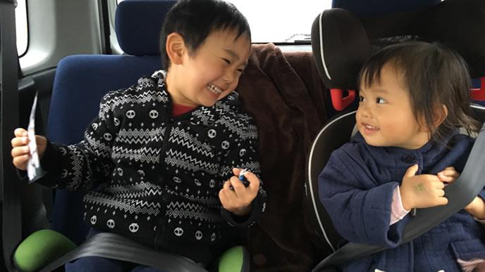 家族旅行にはしゃぐ兄と弟