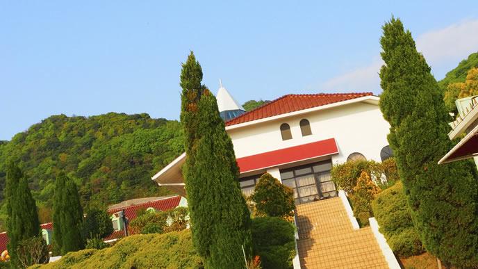 屋根が特徴的な淡路島の観光施設