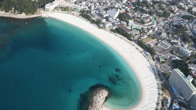 白い海岸線が特徴的な白浜
