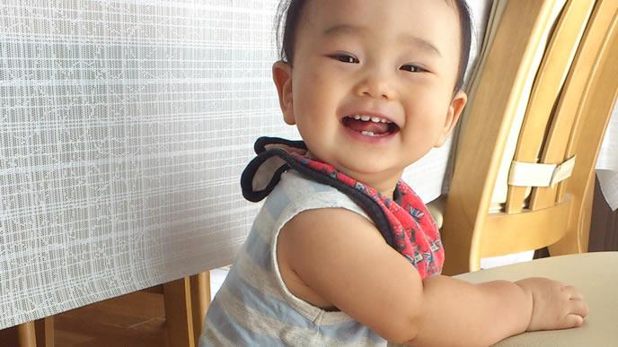喃語でママと話しをする赤ちゃん
