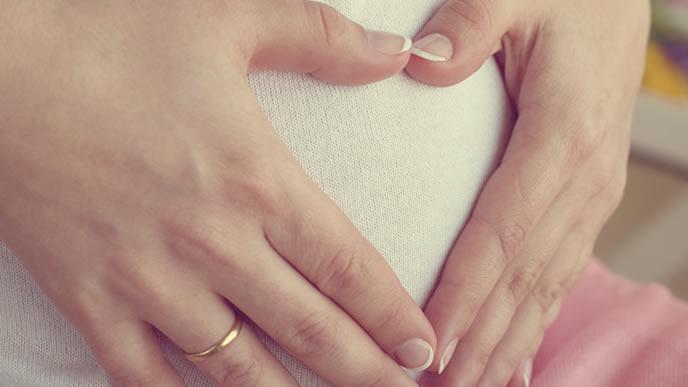 赤ちゃんの胎動を感じている妊婦