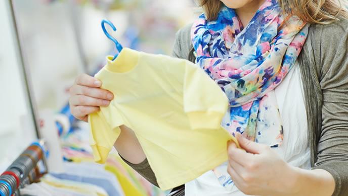 生まれてくる赤ちゃんの服を探している妊婦