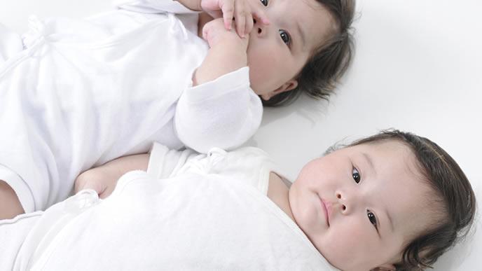 堂々とした風格がある双子の新生児