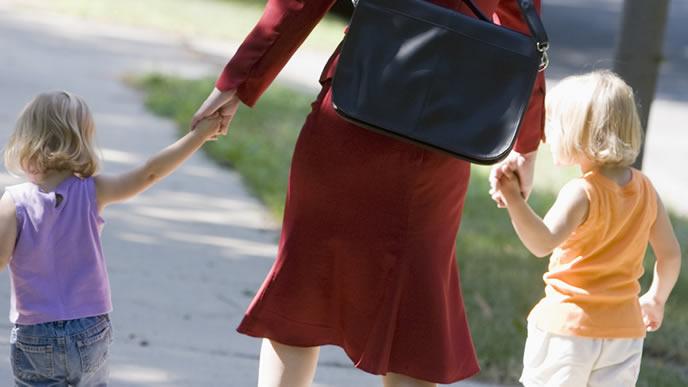 2人の子供をつれて散歩に出かけるママ