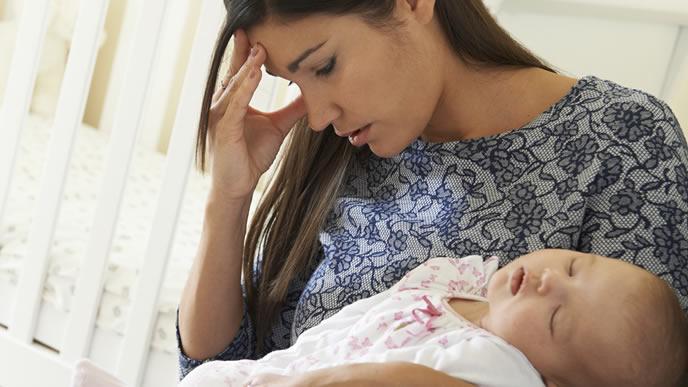 育児に疲れ途方に暮れるママ