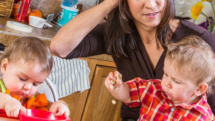 離乳食で遊ぶ赤ちゃんに困るママ