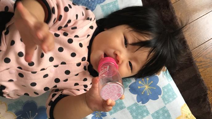 哺乳瓶で遊ぶ赤ちゃん