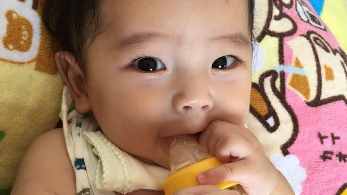 ミルクがうまく飲めずにうなる赤ちゃん