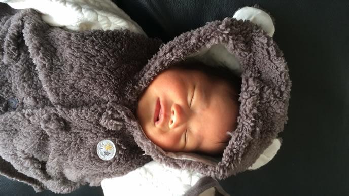 温かい着ぐるみカバーオールで寝る赤ちゃん