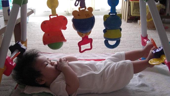 足をあげて眠りに付く赤ちゃん