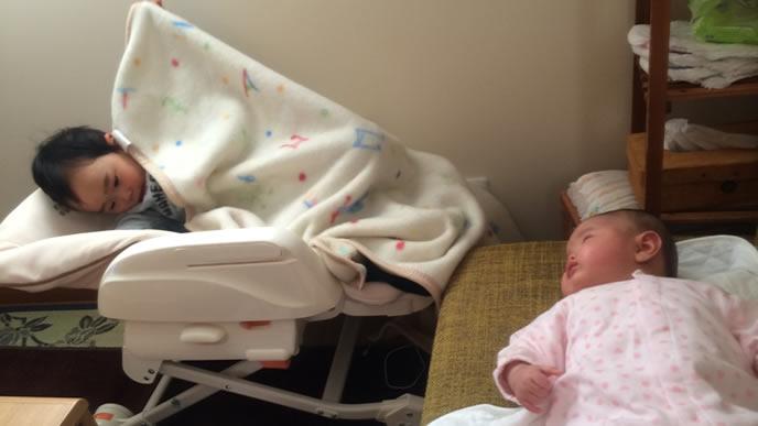 自分のベビーベッドを取られ切ない気持ちの赤ちゃん