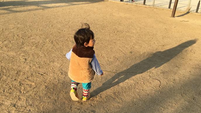 近くの公園でお昼の運動中の男の子