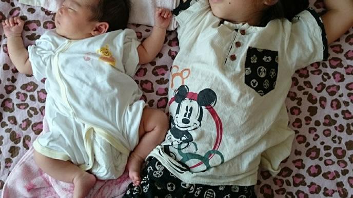 同じ寝相でお昼寝する姉妹