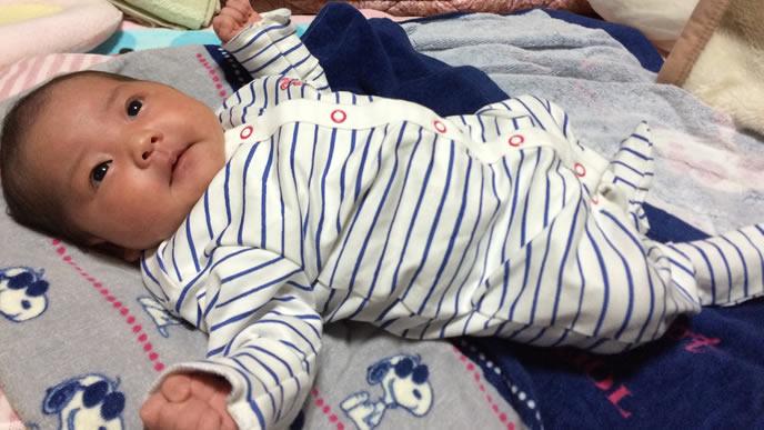 物音に気付きハッと目覚める赤ちゃん