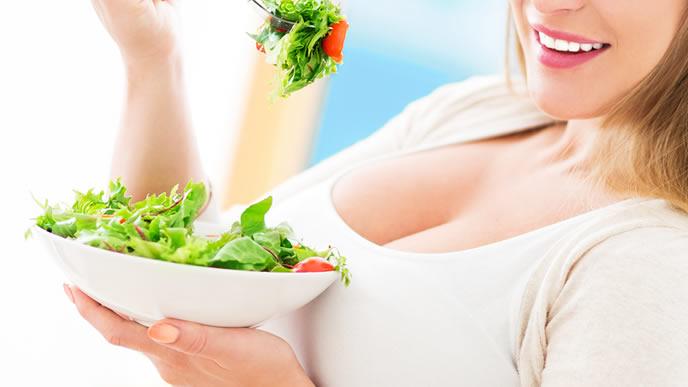 ストレスを溜めたいために大好きなサラダを食べる妊婦