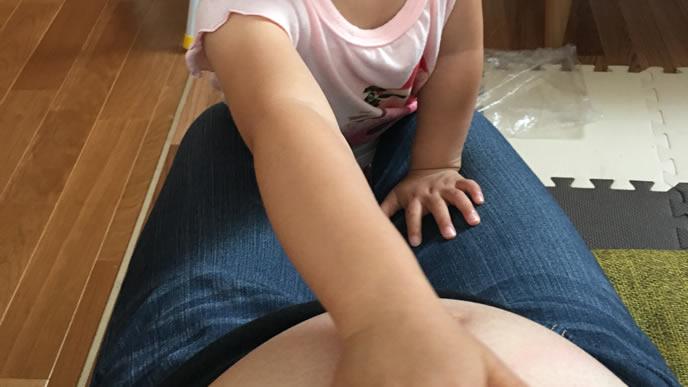 妊娠22週のママのお腹を触る女の子