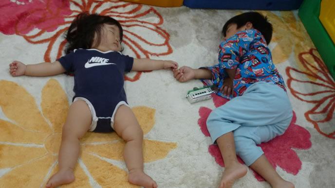2人仲良く眠る兄妹
