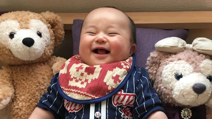 ヌイグルミと一緒で笑顔になる赤ちゃん