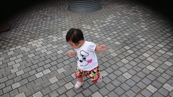 夜の寝付きを考えてお昼の運動をする赤ちゃん