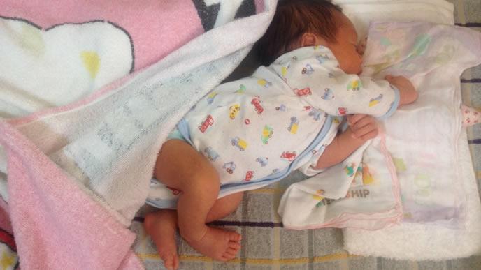 暑いのか寒いのかよくわからず毛布からハミ出る赤ちゃん