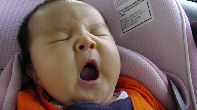 あくびをするほど眠いのに寝られない赤ちゃん