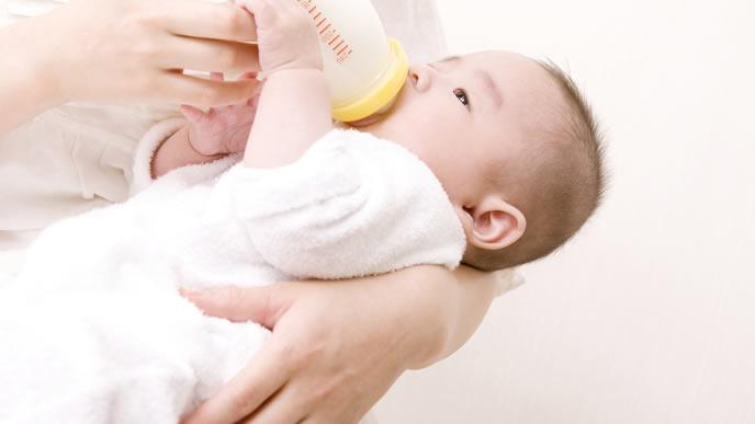 ママのミルクを力ずくで止めようとする赤ちゃん