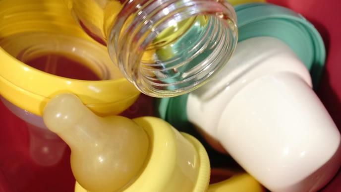 赤ちゃんのために用意された哺乳瓶