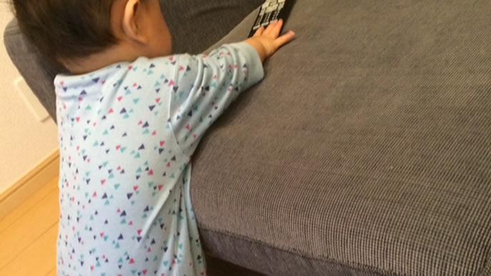 ミルクよりテレビのリモコンに興味がある赤ちゃん